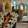«Крест воздвигается, и все верные стекаются, Крест воздвигается, и град торжествует, и народы совершают празднество»